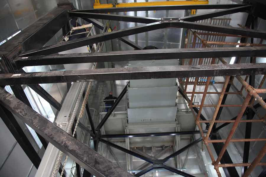 View on the sliding platform and the mechanical structure